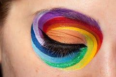 Abschluss oben des schönen Auges mit Regenbogen bilden Lizenzfreie Stockfotos