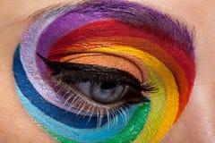 Abschluss oben des schönen Auges mit Regenbogen bilden Stockbilder