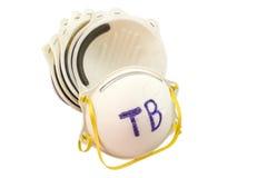 Abschluss oben des weißen Maskenstapels und des Wortes TB in den roten crosss auf weißem Hintergrund Lizenzfreies Stockfoto
