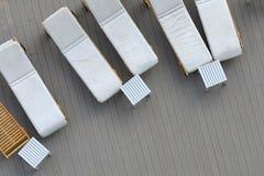 Abschluss oben Draufsichtpoolbett, Strandstuhl auf hölzernem Plankenboden stockfotografie