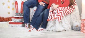 Abschluss oben eine freundliche Familie, die auf der Couch auf Weihnachtsabend sitzt lizenzfreie stockfotografie