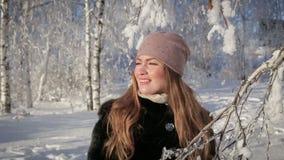 Abschluss oben einer Schönheit ist glücklich und geht in den Park an einem Wintertag stock footage