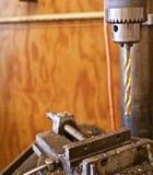Abschluss oben einer Standbohrmaschine mit Gold färbte Bohrgerät über Laster Lizenzfreies Stockbild
