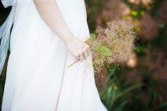 Abschluss oben eines Brautjungfernkleides mit feiner Spitze Stockbilder