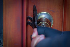 Abschluss oben eines Einbrechers mit versuchendem Bruch der Brechstange die Tür, zum des Hauses zu betreten Stockfotografie
