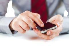 Abschluss oben eines Geschäftsmannes, der einen Handy verwendet lizenzfreie stockfotografie