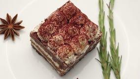 Abschluss oben eines Tiramisukuchens auf weißer Platte stock video footage