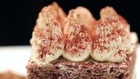 Abschluss oben eines Tiramisukuchens auf weißer Platte stock video