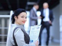 Abschluss oben Geschäftsfrau mit Finanzbericht Natürliches Muster schnitt Weißbuch ab lizenzfreie stockfotos