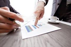 Abschluss oben Geschäftspunkte der Finger am Finanzbericht lizenzfreies stockfoto