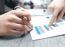 Abschluss oben Gesch?ftspunkte der Finger am Finanzbericht stockfotografie