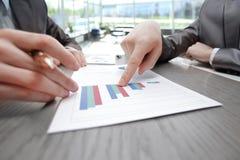 Abschluss oben Gesch?ftspunkte der Finger am Finanzbericht stockfotos