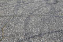Abschluss oben - Gleiterkennzeichen vom Reifen auf Straße überwachen Mitteilung für vordere Abdeckung oder Anschlagtafeln polizei stockbilder
