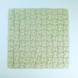 Abschluss oben graue leere Grußkarte sammelte von den Puzzlespielstücken auf weißem Hintergrund stockbilder