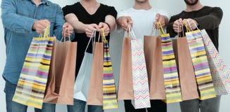 Abschluss oben Gruppe Studenten mit Einkaufstaschen stockbilder