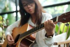 Abschluss oben junge Frau, die klassische Gitarre für das Spielen von Musik aco verwendet Lizenzfreie Stockfotografie