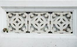 Abschluss oben an keramischem Dekorationsblock der Verzierung an der Betonmauer, t Stockfoto