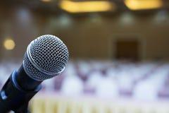 Abschluss oben Mikrofon im Konferenzsaal Lächelnder Geschäftsmann unter Verwendung des Laptop cmputer am Schreibtisch und Unterha lizenzfreie stockfotografie