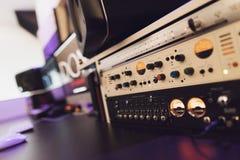Abschluss oben Moderne Ausrüstung des Tonstudios Stockfotos