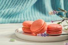 Abschluss oben Provence-Frühstück Farblebenkoralle Süße französische macarons auf einer Ronde, Knöpfe einer Weinlese, ein Lavende stockbild