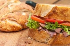Abschluss oben. Rustikales Rindfleischsandwich. Stockfoto