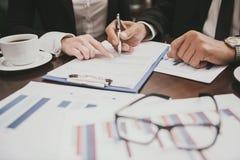 Abschluss oben Teilhaber, die mit Dokumenten arbeiten stockfoto