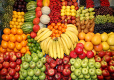 Abschluss oben vieler bunten Früchte auf Marktstand Stockbilder