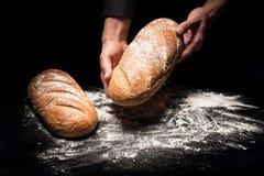 Abschluss oben von bemannt die Hände, die ein Brot halten Lizenzfreies Stockbild