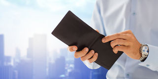 Abschluss oben von den Geschäftsmannhänden, die offene Geldbörse halten Stockfotografie