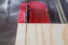 Abschluss oben von Sägeblattausschnittholz auf Tabellensäge Lizenzfreies Stockfoto