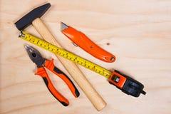 Abschluss oben von sortierten Arbeitswerkzeugen auf Holz Lizenzfreies Stockfoto