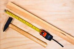 Abschluss oben von sortierten Arbeitswerkzeugen auf Holz Stockbild