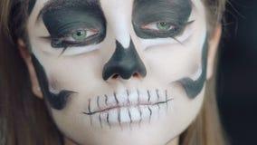 Abschluss oben von wenden Make-up das Mädchen in Form von Schädel an stock video footage