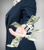 Abschluss oben von werfenden Würfeln und Dollar des Geschäftsmannes Stockfotos