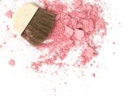 Abschluss oben von zerquetscht erröten auf weißem Hintergrund und kosmetischer Bürste stockbild