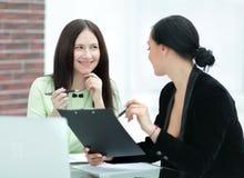 Abschluss oben zwei Geschäftsfrauen, die Dokumente besprechen stockfoto