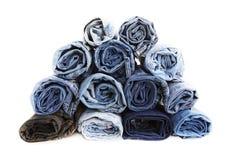 Abschluss rollte oben von den Blue Jeans-Hosen, die dunkelblaue Denimhose, die Beschaffenheit zeigt stockbild
