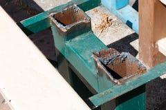 Abschluss schnitt oben Metall durch Wasserstoff-Gasfackel stockbilder