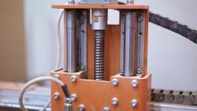 Abschluss schoss oben vom Mechanismus der industriellen hölzernen SchnittBohrmaschine stock video