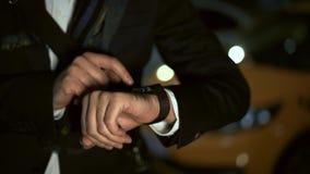 Abschluss schoss oben vom smartwatch auf männlicher Hand Taxi auf dem Hintergrund stock footage