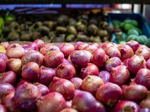 Abschluss schoss oben von einem Behälter von roten Zwiebeln auf einen Gemischtwarenladen lizenzfreies stockfoto