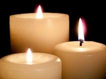 Abschluss von drei leuchtete Kerzen auf schwarzem Hintergrund. Stockbild