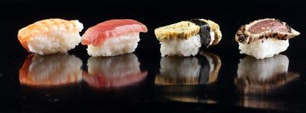 Abschluss von Sashimisushi stellte mit Essstäbchen und Sojabohnenöl - Sushirolle mit Lachs- und Sushirolle mit geräuchertem Aal,  Lizenzfreie Stockbilder