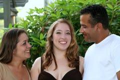 Abschlussball-Mädchen u. liebevolle Eltern Stockfoto