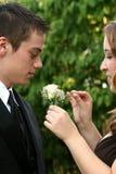 Abschlussball-Paare, die Boutonniere vorbereiten Lizenzfreie Stockfotografie