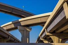 Abschnitt der erhöhten Landstraße mit einigen Niveaus gegen einen hellen blauen Himmel in Houston, Texas lizenzfreies stockbild