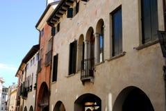 Abschnitt der Straße mit einem alten Palast in Oderzo in der Provinz von Treviso im Venetien (Italien) Lizenzfreie Stockfotos