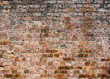 Abschnitt einer alten verwitterten Backsteinmauer lizenzfreies stockfoto