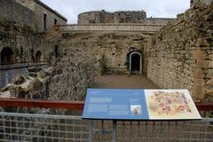 Abschnitt von König Johns Castle, wo Leute um Hof wandern und Geschichte lernen können, Limerick, Irland, im Oktober 2014 Lizenzfreie Stockfotos