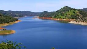 Abschnitt von See Don Pedro Reservoir nahe Mariposa stock footage